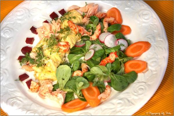 Omelette mit Salat, Karotten und Roter Beete© Liz Collet