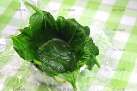 Wie man Eier in Spinat oder Mangold pochiert
