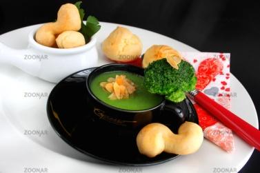 Brokkolisuppe mit Mandeln und Windbeutel © Liz Collet