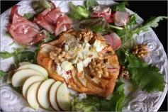 Apfel-Walnuss-Speck-Pizze mit Radieserl und Meerrettich © Liz Collet
