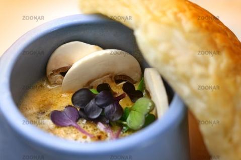 Pilzsuppe mit Blätterteighaube und Kresse © Liz Collet