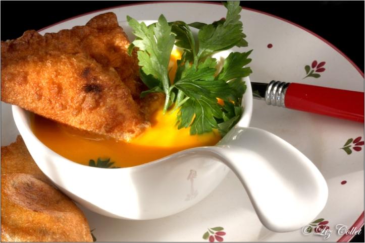 Kürbissuppe mit gefüllten Nudelteigtaschen © Liz Collet, Suppe, Kürbiscrermesuppe, Hokkaido, Hokkaidosuppe, Nudelteig, Teigtasche, Nudelteigtasche, Petersilie, gemüse, Suppenrezept