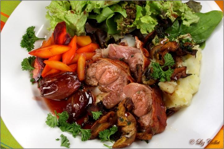 Rehnüsschen im Speckmantel mit Wildkarotten an Salat © Liz Collet ,balsamicozwiebeln, biokarotte, ernährung, essen, fleisch, gelbe rübe, gemüse, gesund, gesundheit, herbst, herbstlich, karotte, kartoffel, kartoffelpüree, kartoffelstampf, leicht, mager, medizin, objekt, pilz, reh, rehnuss, rehnüsschen, rotkappe, rotweinzwiebeln, rübe, salat, schalotte, schwammerl, speck, speckmantel, steinpilz, stillleben, trinken, urkarotte, waldpilz, weisse rüben, wild, wildfleisch, wildgericht, wildpilze, zart,