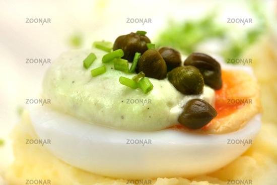 Ei mit Kapern und Avocadocreme © Liz Collet