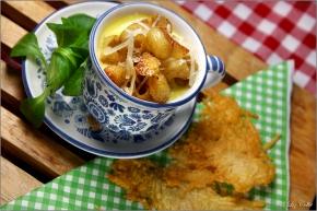 Käsecremesuppe mit Pipette Rigate und Parmiggiano-Chip