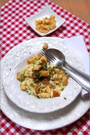 Fusilli mit Zwiebeln und Croutons© Liz Collet