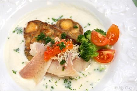 brezenguglhupf mit räucherforelle und kaviar an kräutercreme, smoked trout with pretzel kuoglof and horse radish cream, trout, fish, smoked trout, caviar, trout caviar, horse radish, broccoli, parsley, vegetables, bechamel, sauce, creamy, creamy sauce, seasonal, regional, brezen, laugenpretzel, pretzel kuoglof, kuoglof, tomatoes, herbs, herbals, horse radish sauce, bavarian, bavaria, menu, gastronomy, haute cuisine, organic vegetables, organic