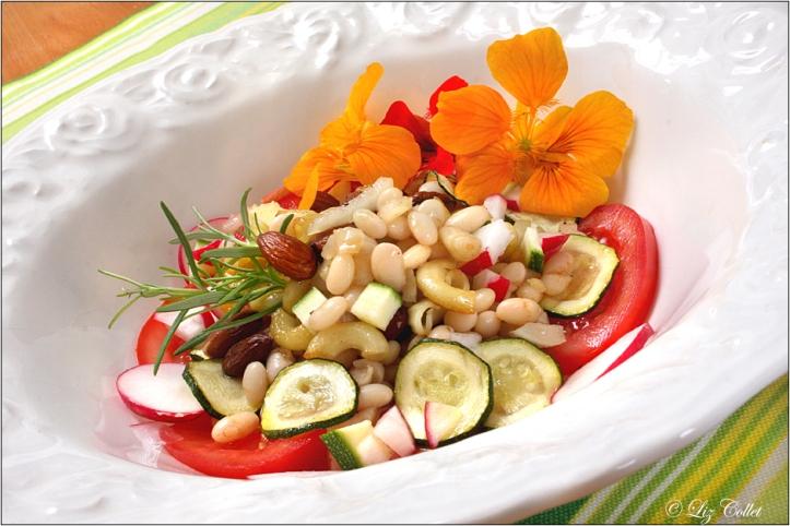 Cannellini, Zucchini und Kapuzinerkresse © Liz Collet