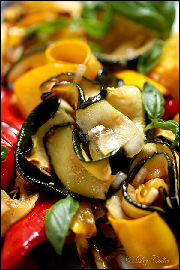 Zucchini Pepper and Potatoes © Liz Collet, Zucchinistreifen, Zucchinigemüse, Gemüse, gelbe Zucchini, grüne Zucchini, Antipasti, Paprika, marinieren, Dressing, Fächerkartoffeln, Kartoffeln, Ofenkartoffeln, Gastronomie, Gastrofotografie, Gastronomiefotografie, Fotografie für Gastronomie, Restaurant, Restaurantfotografie, vegetarisch, Salat, Zucchinisalat, Wie macht man italienische Antipasti, hausgemachte Antipasti, Paprika-Antipasti, würzige Zucchini-Antipasti, Rezepte mit Zucchini, Rezepte für Zucchini, Rezepte für Antipasti, Foodfotografie, Liz Collet Foodfotografie, Liz Collet Gastronomiefotografie, Fotografie für Restaurant, Foodfotografin, Fooddesign, Liz Collet Fooddesign, Gemüserezepte , Kochbuchfotografie, Fotografie für Köche, Fotografie für Kochkurse, Fotografie für Kochschule, Kochschule, Kochkurse, Kochseminare, Ferienküche, maritime Rezepte, mediterrane Rezepte, italienische Rezepte, Italienische Küche, Landküche