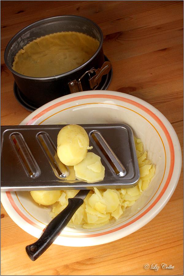 Kartoffel-Käse-Torte © Liz Collet,Kartoffel-Käse-Torte © Liz Collet, naturholz,arbeit, arbeitsplatz, backen, bäckerei, backhandwerk, backstube, bayerisch, bayern, blattsalat, buchenholz, gemüse, gemüsegratin, gemüsequiche, gemüsetarte, handwerk, hausgemacht, holz, holzbrett, holzmöbel, holztisch, karo, karomuster, kartoffelauflauf, kartoffel-käse-quiche, kartoffel-käse-tarte, kartoffelkuchen, kartoffelquiche, kartoffeltarte, kartoffeltorte, käsegratin, knetteig, kopfsalat, küchenschüssel, küchentuch, landhaus, landküche, ländlich, maserung, metapher, mürbeteig, muster, nachhaltig, nachhaltigkeit, österreich, pâte brisée, quicheteig, regional, regionale produkte, rot, rot-weiss-kariert, salat, salatteller, schale, schüssel, serviette, symbol, tarteteig, teig, teigherstellung, teigschüssel, teigware, teigzubereitung, tomate, tomatensalat, vegetarisch, vobereitung, vogelperspektive, weiss, zutat,pattern, red, white, cottage, cottag style, beech wooden table, table, beech wood , beech wood table, Landhaus, Landküche, food, food photography, foodphotography, foodstyling, rezeptfotos, dessert plates, lebensmittelfotografie, culinary photography, kulinarische fotografie, gastronomiefotografie, rezeptfotografie, cooking seminar, cook school, ferienkochkurs, foodfotografie für gastronomie, foodfotographer, fotografie für gastronomie, fotografie für restaurants, lebensmittelkompetenz,