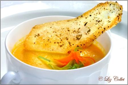gemüsesuppe, Leichte Gemüsesuppe mit knusprigem Kartoffel-Kräuter-Chip © Liz Collet,suppe, kartoffelchip, suppenschüssel, suppentasse, kartoffelrösti, bohnen, karotten, thymian, kartoffel, salat, häppchen, suppenschale, kartoffelscheibe, gemüse, fettfrei, hauchdünn, zutaten, grün, vegetarisch