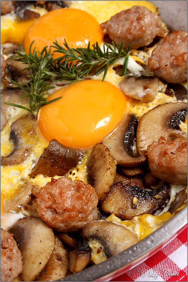 Schwammerlgröstl mit Bratwurst und Ei © Liz Collet