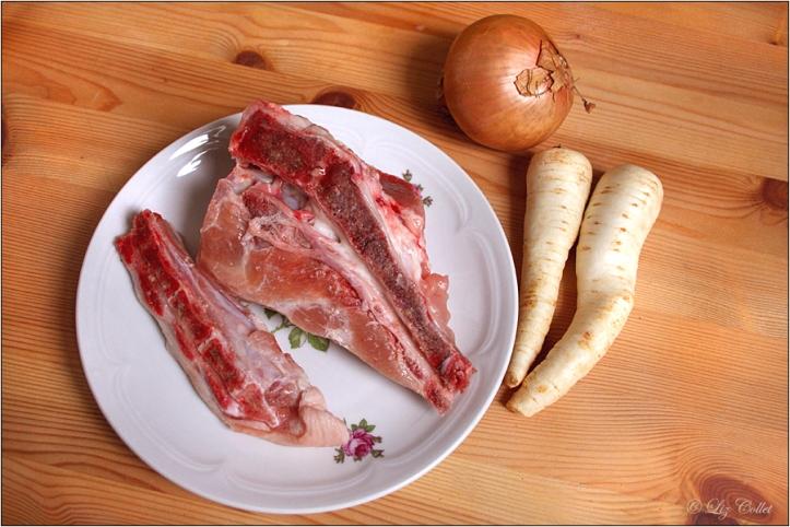 Schweineschwanz, Petersilienwurzel und Zwiebel © Liz Collet,Schwanz, Schweineschwanz, Porc tail, Petersilienwurzel, Zwiebel, nahrung, food, butchery, schlachterei, gastronomie, kitchen, kochen, fleisch, meat, lebensmittel, metzgerei, butcher, cooking, nahrungsmittel, küche, haushalt, arbeitsplatz, zutat, foods, ingredient, gastromony,