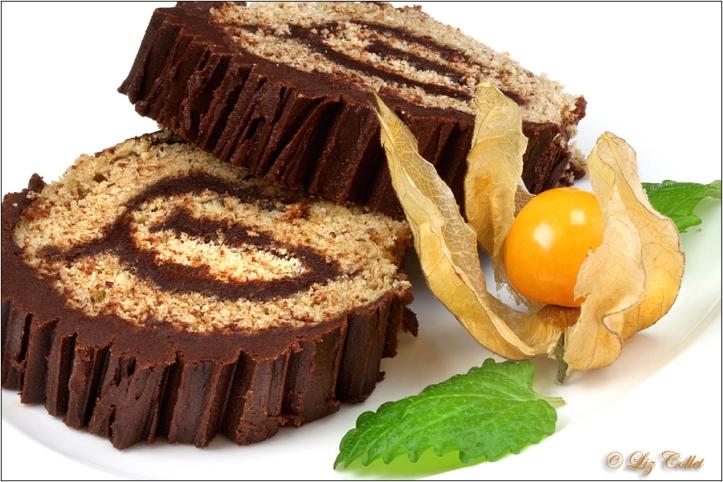 Mandelbiskuitrolle mit Schokolade© Liz Collet