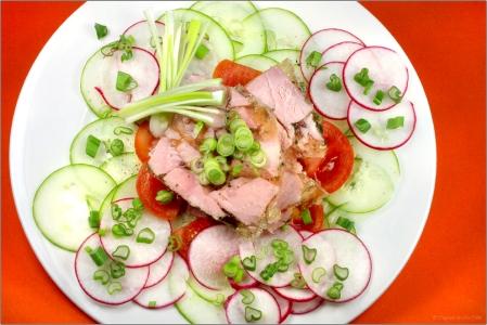 gesund ,salat ,liebe ,tomaten, symbol ,rot, weiss, speise, herz, herzhaft, pfeffer, grün ,ernährung ,gemüse ,preiswert ,liebeserklärung ,gericht ,diät ,rohkost, radieschen, schinken ,metapher ,leicht, kalorienarm, gurken, schnittlauch, regional ,lauchzwiebel ,frühlingszwiebel ,salatteller, herzförmig, terrine ,herzschonend, aspik, schinkensülze, jus ,schinkensulz ,schinkenterrine ,lauchröllchen ,
