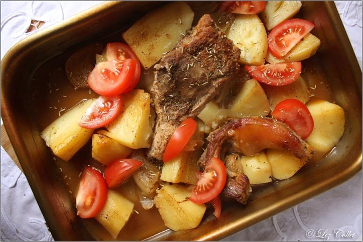 schmorfleisch, innereien, schweineschwanz, kartoffeln, schmorgericht, from nose to tail, zwiebel, auflaufform, gemüse, fleisch, gutbürgerlich, reine, vorbereitung, tomaten, rosmarin, thymian, gastronomie, kochen, rustikal
