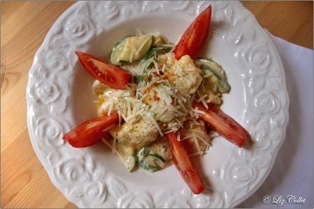 Mehlnockerl mit Zucchini und Parmiggiano © Liz Collet, Mehlnockerl, Mehlklösschen, Mehlspeise, Zucchini, Tomate, Käse, Parmiggiano Reggiano, Parmiggiano, Käse, Gemüse, vegetarisch