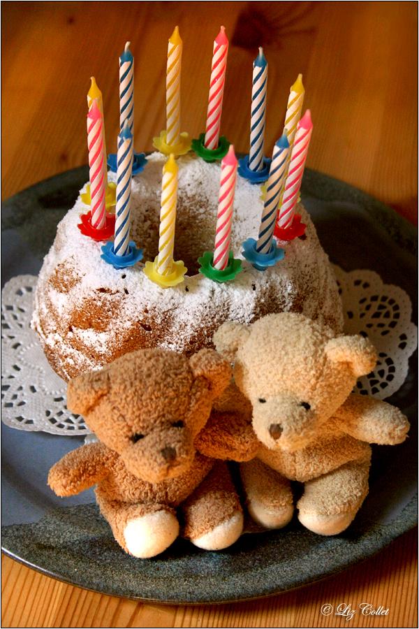 Haselnuss-Guglhupf © Liz Collet,Bärchen, Geburtstagsgruss, guglhupf, kuchen, geburtstagskuchen, kerzen, kerzenlicht, geburtstagskerzen, bären, stoffbären, bärchen, pärchen, freundschaft, feier, fest, glückwunsch, geburtstagsparty, geburtstagsfeier, einladung, gratulation, gratulanten, kindergeburtstag,Geburtstagsgeschenk, Kerzen, Geburtstagskerzen, Kerzenlichter, Gratulation, Glückwunsch,