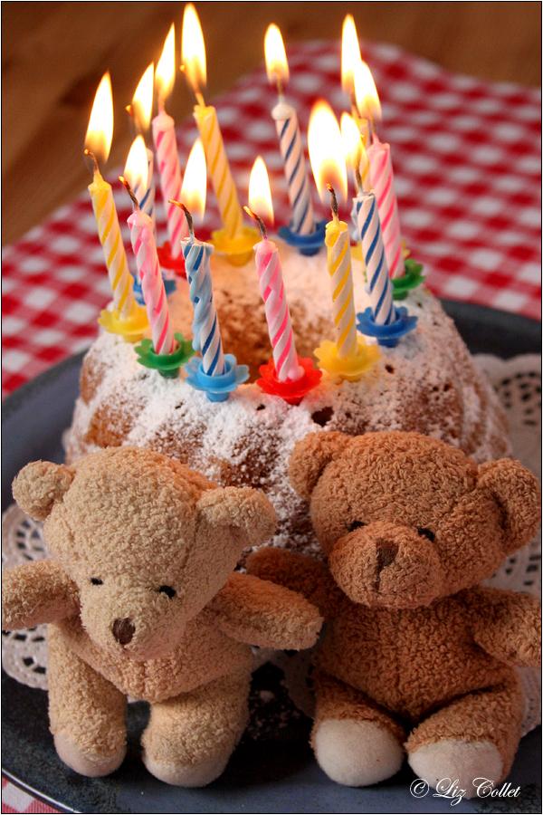 Geburtstags-Guglhupf © Liz Collet,Bärchen, Geburtstagsgruss, Geburtstagsgeschenk, Kerzen, Geburtstagskerzen, Kerzenlichter, Gratulation, guglhupf, kuchen, geburtstagskuchen, kerzen, kerzenlicht, geburtstagskerzen, bären, stoffbären, bärchen, pärchen, freundschaft, feier, fest, glückwunsch, geburtstagsparty, geburtstagsfeier, einladung, gratulation, gratulanten, kindergeburtstag,Glückwunsch,