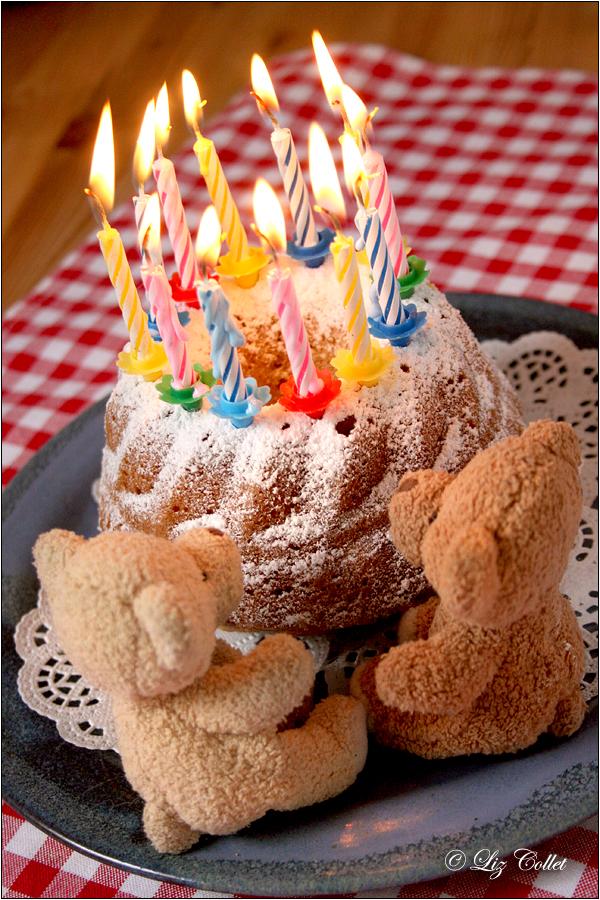 Uiiiiiii ... ein Geburtstags-Guglhupf © Liz Collet,Bärchen, Geburtstagsgruss, Geburtstagsgeschenk, Kerzen, Geburtstagskerzen, Kerzenlichter, Gratulation, guglhupf, kuchen, geburtstagskuchen, kerzen, kerzenlicht, geburtstagskerzen, bären, stoffbären, bärchen, pärchen, freundschaft, feier, fest, glückwunsch, geburtstagsparty, geburtstagsfeier, einladung, gratulation, gratulanten, kindergeburtstag,Glückwunsch,