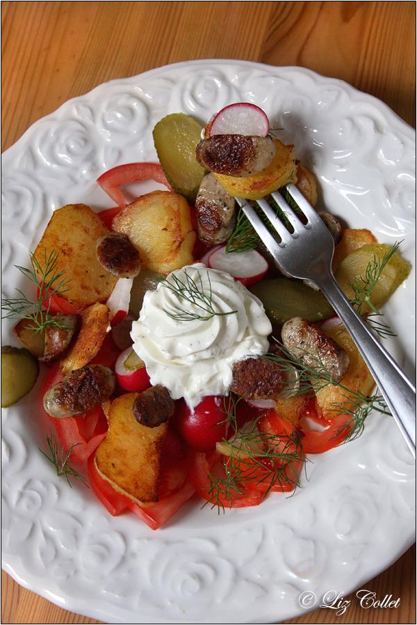 Salat mit Bratkartoffeln und Kräutertopfen © Liz Collet, Tomaten, Tomate, Bratkartoffel, Kartoffel, Radieschen, Essiggurke, Topfen, Quark, Milchprodukt, Bratwurst, Wurst, Bratwürstl, Nürnberger Bratwürstl, Dill, Radieschen,Bratkartoffeln, Kartoffeln, Mayonnaise, Blattsalat, Salat, Tomaten, Gemüse, vegetarisch, deftig, rustikal, regionale Küche, Gastronomie, Restaurant, Speise, Erdapfel, Kartoffel