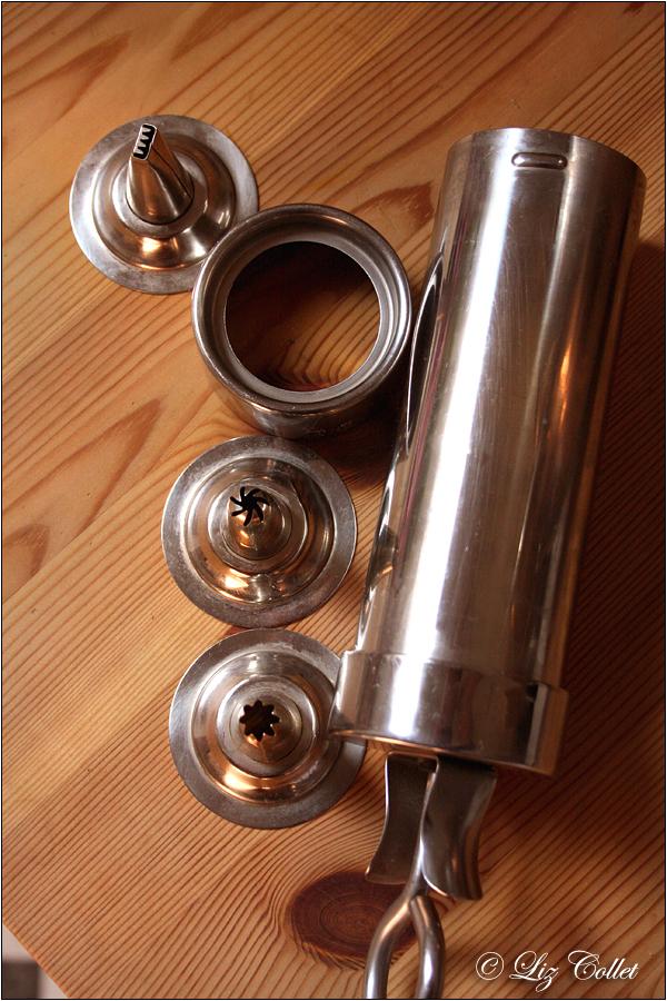 Garnierspritze mit Sterntülle © Liz Collet