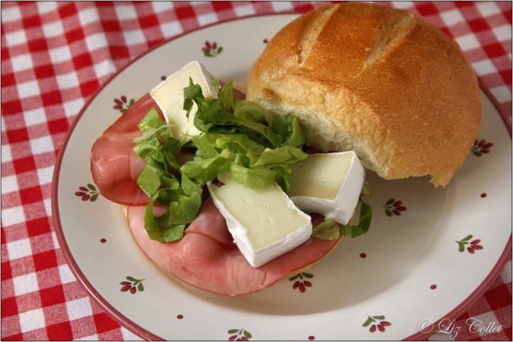 Sonntags.Brot.Zeit mit Schäufele und Camembert © Liz Collet