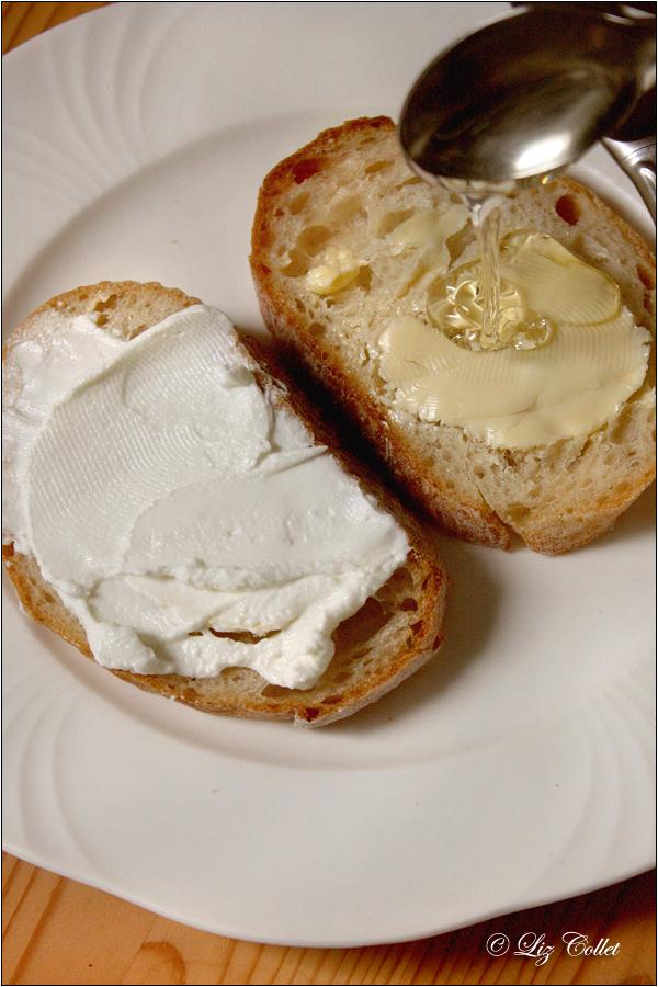 Brot mit Topfen, Butter und regionalem Honig © Liz Collet
