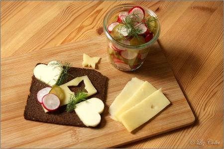 Pumpernickel mit Bergkäse und Radieschen-Gurken-Salat © Liz Collet