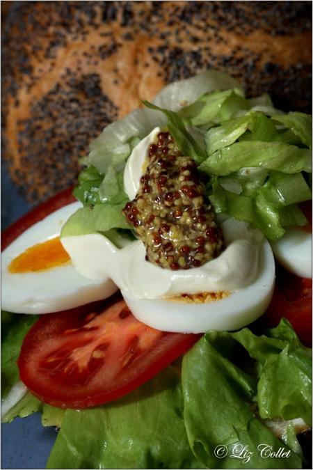 Mohnsemmel -Burger mit Ei, Endivien und Moutard à l'Ancienne © Liz Collet
