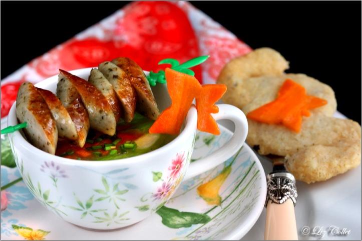 Abgebräunte Griessuppe mit Gemüse und Nürnerger Rostbratwürstchen © Liz Collet