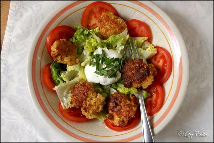 Getreidepflanzerl mit Salat und Kräutertopfen © Liz Collet