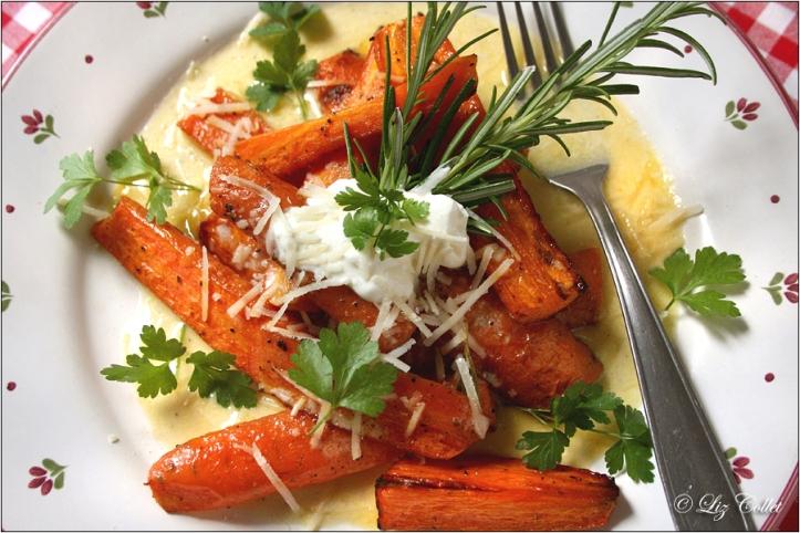 Gebackene Karotten mit Blauchschimmelkäse-Sauce, Parmiggiano und Kräutern © Liz Collet