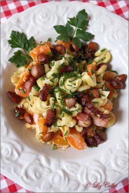 Karottengemüse mit Pasta Mandeln und Speck © Liz Collet