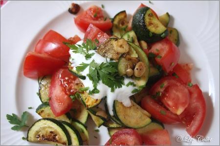 Zucchini-Tomaten-Gemüse mit Nüssen und Kräuterdressing © Liz Collet