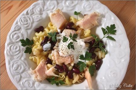 Geräucherte Forelle mit Pasta-Bohnen-Salat und Zitronen-Kräuter-Joghurt © Liz Collet