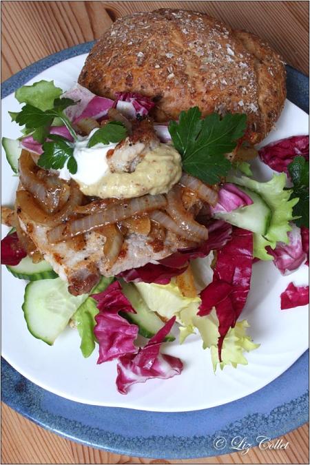 Gewürzsemmel mit Senf-Zwiebel-Schnitzel und Radicchio © Liz Collet Gewürzsemmel, Senf, Zwiebel. Schnitzel, Schnitzelburger, Schweineschnitzel, Schweinerücken, Schweinelachs, salat, endivien, endiviensalat, gurke, dinkelsemmel, rustikal, buchenholz, roggensemmel, brötchen, vielfalt, semmeln, bayern, bayerische semmeln, bayerisches brot, gewürzsemmel, gewürze, sesam, bäckerei, backwaren, brotauswahl, brotvielfalt, brotsorten, backstube, handwerk, backhandwerk, bäckerhandwerk, meisterberuf, handwerksberuf, handwerkliches brot, tradition, brauchtum, ausbildungsberuf, Zwiebelsauce, französischer Senf, Salat, Gurke, Schmand, Sauerrahm, Crème fraîche, Zwiebel-Schnitzel, Radicchio, Petersilie, deftig, Lebensmittelfotografie, Liz Collet Foodfotografie, Liz Collet Lebensmittelfotografie, Liz Collet Foodphotography, Foodphotography, Liz Collet Gastronomiefotografie, Gastromarketing, Gastronomiemarketing, Gastronomiefotografie, Speisekarte,