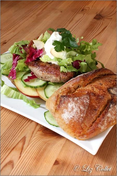 Schnitzel an Röstmehl-Baguette mit Salat Apfel Senf und Kräutertopfen © Liz Collet,Röstmehl-Baguette mit Senf-Schnitzel | Apfel | Salat und Kräutertopfen, Baguette, Baguettesemmel, Röstmehl, Baguette mit Röstmehl, Backwaren, Bäckerei, Burger, Schnitzelburger, Handwerksbäckerei, Sandwich, Brotzeit, Schnitzel, Schweineschnitzel, Senf, Apfel, Gurke, frisch, Endivien, Endiviensalat, Gewürz, würzig, deftig, rustikal, Petersilie, Radicchio, Bistro, Buchenholz, Fleisch, Metzgerei, Fleischwaren, Schnitzelsemmel, Schnitzelrezept, Rezept mit Schnitzel, Gastronomie, Schnitzelmenü, Kräuter, Snack, französischer Senf, Heisse Theke, Fleischrezept, Hüttenbrotzeit, Biergarten, Biergartenbrotzeit, Brotzeit, Grillen, Kurzgebratenes, Grillrezept, Lebensmittelfotografie, Liz Collet Foodfotografie, Liz Collet Lebensmittelfotografie, Liz Collet Foodphotography, Foodphotography, Liz Collet Gastronomiefotografie, Gastromarketing, Gastronomiemarketing, Gastronomiefotografie, Speisekarte,