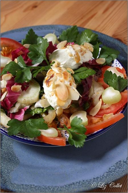 Hausgemachte Ziegenfrischkäse-Nockerl mit Mandeln an Fenchel-Radicchio-Salat © Liz Collet