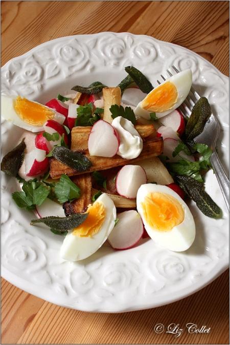 Petersilienwurzeln mit Radieschen Ei und Salbei © Liz Collet