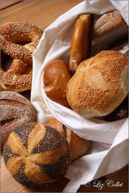 Gut gefülltes Brotsackerl mit Brot, Semmeln und Brezen © Liz Collet,Bauernbrot, Sauerteigbrot, Roggenbrot, Dinkelbrot, Dinkelvollkornbrot, Roggenvollkornbrot, Kräuterbrot, Sonnenblumenkernbrot, Holzofenbrot, Salzstange, Sonnenblumenkernsemmel, Roggensemmel, Dinkelsemmel, Mohnsemmel, Bauernsemmel, Ökobrot, Biobrot, Bäckerei, Backwaren, Brotauswahl, Brotvielfalt, Brotsorten, Backstube, Brotsorten, Handwerk, Backhandwerk, Bäckerhandwerk, Meisterberuf, Handwerksberuf, handwerkliches Brot, Tradition, Brauchtum, Ausbildungsberuf, Brotkruste, Brotlaib, Laib, Brotwecken, Weckerl, Brötchen